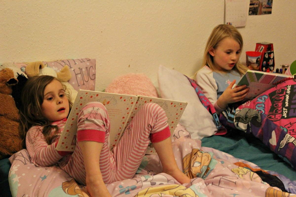 girls reading bed